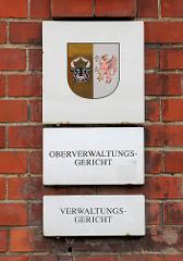 Schild am Gerichtsgebäude Domstrasse von Greifswald - Kleines Landeswappen Wappen Mecklenburg-Vorpommern; Oberverwaltungsgericht / Verwaltungsgericht.