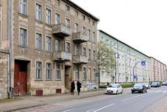 Renovierungsbedürftige Altbauten - Wohnblocks neben Neubauten - Architektur in Anklam / Mecklenburg-Vorpommern.