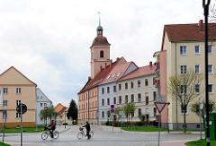 Wohnblocks - mehrstöckige Wohnhäuser in Anklam, Mecklenburg-Vorpommern - Kirchturm der Garnisonskirche,Die ehem. Heilig-Geist-Kirche / Barockkirche wurde 1738 erbaut; sie wird jetzt als Wohnaus genutzt.