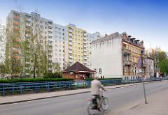 Hochhaus mit bunter Fassade und farbigen Balkons - historisches Gebäude der Gründerzeit - Fahrradfahrer auf der Strasse; Bilder aus  Malbork / Marienburg, Polen.
