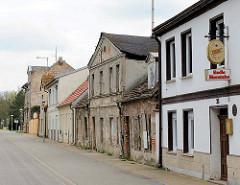 Alte Wohnbebauung - renoviert und unrenoviert; Strasse am Hafen der Hansestadt Anklam.