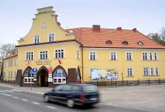 Rathausgebäude, Haus des Bürgermeisters in Lidzbark Warmiński / Heilsberg - fahrendes Auto.