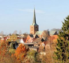 Blick über die Dächer der Stadt Bad Segeberg - Kirchturm der Marienkirche.