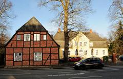 Lks die Giebelfassade des 1585 gebauten Alt-Segeberger Bürgerhauses; Bilder aus Bad Segeberg.