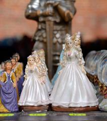 Souvenirverkauf in der Domburg zu Frombork - Plastikprinzessinen in unterschiedlichen Größen werden zum Verkauf angeboten.