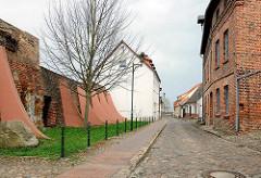Restauirertes Stück der historischen Stadtmauer von Wolgast; entstanden im 14. Jahrhundert.
