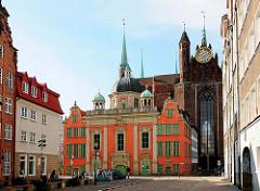 Barocke Königliche Kapelle (polnisch Kaplica Królewska) in Danzig, erbaut 1681; dahinter die Marienkirche.