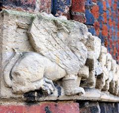 Dekorelemente am Greifswalder Dom St. Nikolai - Ursprungsbau 1395 fertiggestellt. Gotischer Backsteinbau . Wahrzeichen der Hansestadt Greifswald.