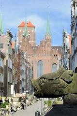 Frauengasse in Danzig - Bürgerhäuser; Backsteinfassade und Türme der Marienkirche.