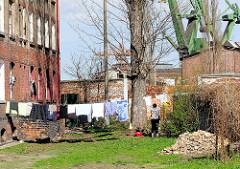 Wäsche auf der Leine zum Trocknen - Wohnhaus nahe der Werft Danzig / stocznia Gdańsk.