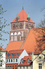 Hausdächer in der Hansestadt Greifswald - Turm der Stadtkirche St. Marien, die im Volksmund auch Dicke Marie genannt wird.