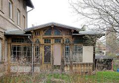 Alte verfallene Veranda - Holzschnitzereien; Architektur in Anklam.