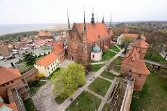 Blick auf den Frauenburger Dom / Kathedrale Frombork - gotischer Backsteinarchitektur, errichtet 1329 - 1388; barocke Salvatorkapelle. Im Hintergrund die Stadt und die Ostsee.