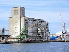 Speichergebäude, Getreidesilo - Kräne; Hafen in Danzig / Gdansk.