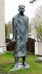 Bronzeskulptur Maxim Gorki - Villa Irmgard, Heringsdorf / Usedom. Inschrift: Im Jahre 1922 wohte hier der grosse proletarische russiche Dichter Maxim Gorki, 1868 - 1936.