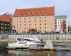 Sportboothafen in Danzig - Motorboote liegen am Bootssteg.