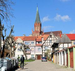 Garagen und Wohnhäuser - Bilder der Architektur  in Trzebiatow / Treptow an der Rega - Kirchturm der Marienkirche.