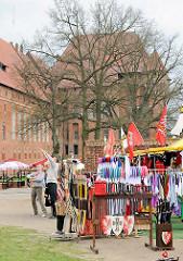 Verkaufsstände / Souvenirverkauf auf dem Gelände der Ordensburg Marienburg / Malbork, Polen - Plastikschwerter, Plastikschilde etc. werden angeboten.
