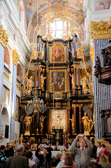 Barocke Wallfahrtsirche Święta Lipka, Heiligelinde - Polen. Gläubige im Kirchenineren - Hauptaltar, Arbeit von Christoph Peucker von 1714.