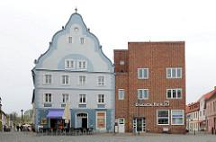 Architektur am Marktplatz von Wolgast - rechts das Bankgebäude nach Entwürfen des Architekten Hans Poelzig 1932 erbaut - Architektur der Neuen Sachlichkeit. Rechts ein barockes Giebelhaus aus dem 18. Jahrhundert.