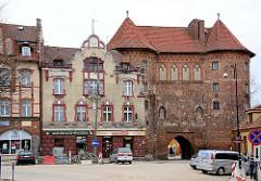 Historische Architektur in Lidzbark Warmiński / Heilsberg - mehrstöckige Wohnhäuser; Hohes Tor - Befestigungsanlage / Backsteingebäude.