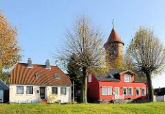 Wohnhäuser auf dem Kalkberg von Bad Segeberg  - Einzelhaus mit roter Fassade; Wasserturm.