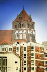 Turm der St. Marienkirche in Greifswald; Backsteinbau, begonnen um 1260; dreischiffige Hallenkirche.