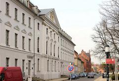 Universitätsgebäude -  Ernst-Moritz-Arndt-Universität Greifswald - Barockarchitektur; Hauptgebäude erbaut 1750; im Hintergrund die Backsteinarchitektur des Landesverfassungsgerichts Mecklenburg Vorpommern.