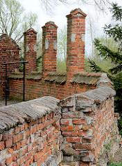 Alte Ziegelmauer an der  Kollegiatskirche in Dobre Miasto, Polen.