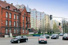 Historische Backsteinarchitektur - Ziegelgebäude, Strassenverkehr - im Hintergrund Plattenbauten, Hochhäuser mit farbiger Fassade - Malbork / Marienburg, Polen.