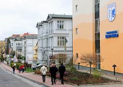 Bäderarchitektur in Heringsdorf / Usedom; rechts Neubau Inselklinik  Haus Kulm.
