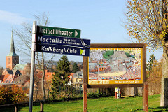 Schilder auf dem Kalkberg von Bad Segeberg - im Hintergrund der Blick auf die Stadt mit Kirchturm der Marienkirche.