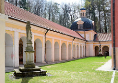 Kreuzgang / Wandelgang und Innenhof des Klosters von Święta Lipka, Heiligelinde - Polen.