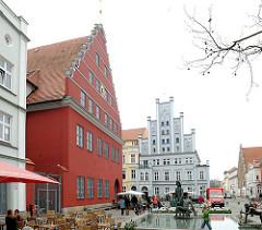 Alter Fischmarkt mit Fischerbrunnen in Greifswald - historisches Rathausgebäude der Hansestadt.
