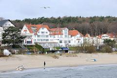 Strand von Heringsdorf, Usedom; Strandpromenade - Panorama, Bäderarchitektur - Spaziergänger am Meer.