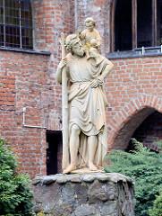 Skulptur Heiliger Christopherus im Innenhof der Stiftsgebäude der Kollegiatskirche in Dobre Miasto / Guttstadt.