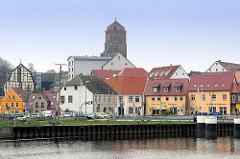 Fahrgastschiff Der Stralsunder am Kai - im Hintergrund das Hafenpanorama von Wolgast und dem Kirchturm der Petrikirche; zwischen 1280 und 1350 im gotischen Stil erbaut.