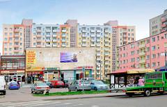 Moderne Architektur - Plattenbauten mit farbiger Fassade und bunt abgesetzten Balkons - Bilder aus Malbork / Marienburg, Polen.