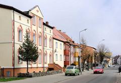 Strassenzug mit unterschiedlichen Baustilen - Wohnhäuser in Darłowo / Rügenwalde, Polen.