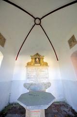 Erinnerungstafel und Innenansicht der Rantzau-Kapelle in Bad Segeberg; errichtet Ende des 18. Jahrhunderts - das Gebäude ist ein Ehrenmal  zum Andenken an König Frederik II. von Dänemark.