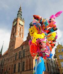 Turm vom Rechtstädtischen Rathaus in Danzig - neuerbaut 1556; Strassenverkauf von Luftballons.