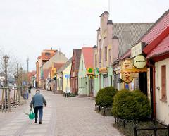Hauptstrasse mit Häuserzeile im Badeort Leba, Polen.