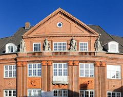 Verwaltungsgebäude vom Vorschuss Verein in Bad Segeberg - Ziegelfassade mit Skulpturen, erbaut 1914.