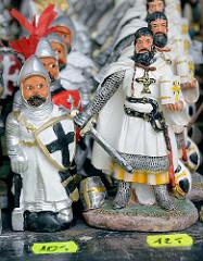 Souvenirs in der Domburg zu Frombork - Ordensritter mit Kreuz auf dem Schild werden zum Verkauf angeboten.