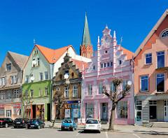 Historische Hausfassaden, Bürgerhäuser am Marktplatz von Trzebiatow / Treptow an der Rega; restauriert - farbige Fassaden.