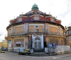 Rotunde - rundes Gebäude in 4430 4433 Alte Wohnhäuser, historischer Baustil - moderne Wohnblocks mit farbigen Balkonbrüstungen in Międzyzdroje / Misdroy (Polen); baufälliges Haus mit vernagelten Fenstern.