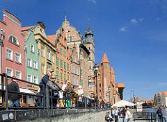 Promenade mit historischer Architektur am alten Hafen von Danzig.