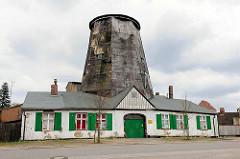 Peendammmühle, Holländerwindmühle von 1728 in Anklam - Dachholländer: die Windmühle ist auf ein Wohnhaus aufgesetzt.
