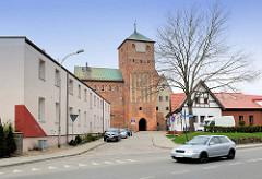 Schloss der pommerschen Herzöge, Rügenwalder Schloss an der Wipper in Darłowo / Rügenwalde, Polen - einstöckiger Neubau, Wohngebäude - neu + alt.
