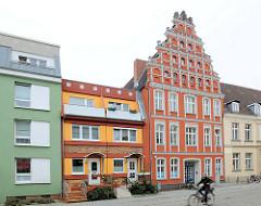 Historische und moderne Architektur nebeneinander - Alt + Neu; Hausfassaden in Greifswald.